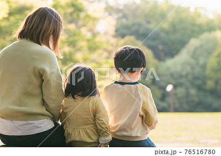 緑豊かな公園のベンチに座る親子 76516780