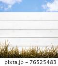 白い木製の柵と青空 - 複数のバリエーションがあります 76525483