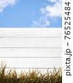 白い木製の柵と青空 - 複数のバリエーションがあります 76525484