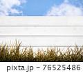 白い木製の柵と青空 - 複数のバリエーションがあります 76525486