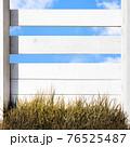 白い木製の柵と青空 - 複数のバリエーションがあります 76525487