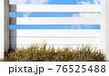 白い木製の柵と青空 - 複数のバリエーションがあります 76525488