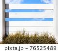 白い木製の柵と青空 - 複数のバリエーションがあります 76525489