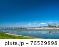 大阪淀川河川公園からの淀川の眺め 76529898