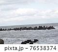 波が荒れている海 76538374