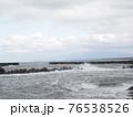 激しい波しぶきのある海 76538526