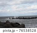 波が荒れている海 76538528