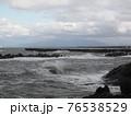 波が荒れている海 76538529