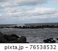 波が荒れている海 76538532