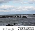 波が荒れている海 76538533