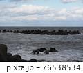波が荒れている海 76538534