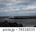 波が荒れている海 76538535