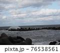 波が荒れている海 76538561