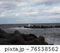 激しい波しぶきのある海 76538562