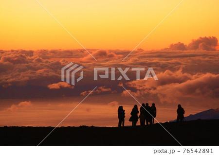 ハワイ、マウイ島ハレアカラ山頂の夕暮れ 76542891