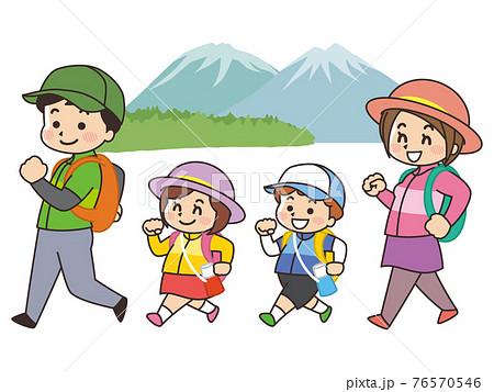 ハイキングをする親子 76570546