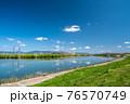 大阪淀川河川公園からの淀川の眺め 76570749