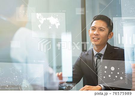 ビジネスマン デジタル インターネット 5Gの世界 76575989