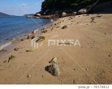 岩だらけで遊ぶにはちょっと危ない砂浜 76578812