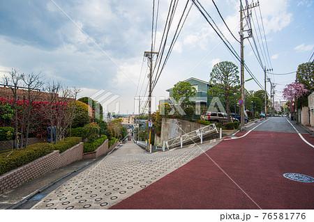 東京散歩、東京都、世田谷区、世田谷区岡本3丁目、斜め45度に立つガードレール 76581776