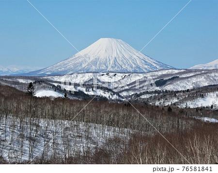 冬の羊蹄山(北海道喜茂別町中山峠) 76581841