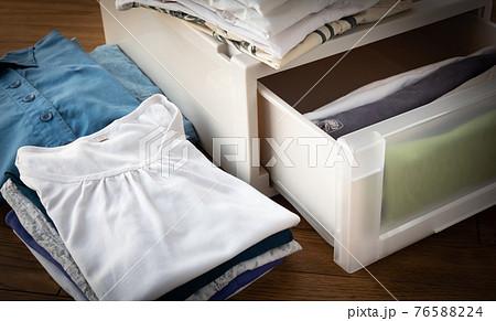 初夏の衣替え 収納 整理整頓 片付け 半袖への衣替え 夏服 衣類ケース 衣装ケース 76588224