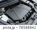 輸入車のエンジンルーム 76588941