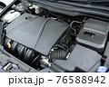 輸入車のエンジンルーム 76588942