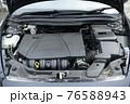 輸入車のエンジンルーム 76588943