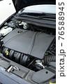 輸入車のエンジンルーム 76588945