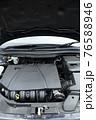 輸入車のエンジンルーム 76588946