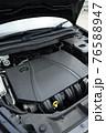 輸入車のエンジンルーム 76588947