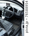 車の運転席 76588954