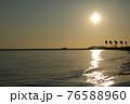 美しい海岸のさざなみの音を聞きながら過ごす夕暮れ 76588960