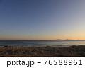 美しい海岸のさざなみの音を聞きながら過ごす夕暮れ 76588961