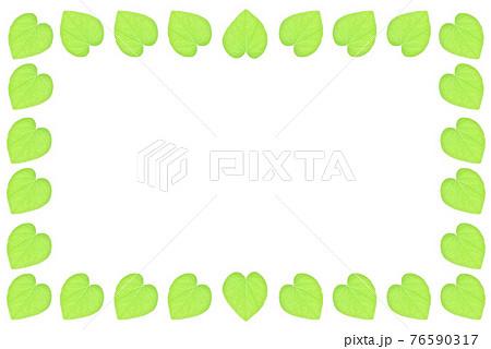 白い背景にハート型の葉っぱのフレーム 76590317