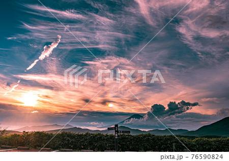 箱根大観山から望む夕景の富士山と雲 76590824