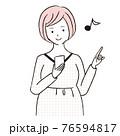 手描き1color マタニティ 妊婦が携帯電話を操作 76594817