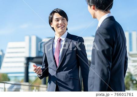 ビジネス ビジネスマン 男性 青空 76601761