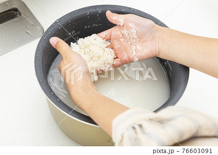 米とぎをする女の子 76603091