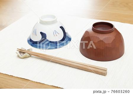 テーブルに並んだ茶椀、汁椀、箸 76603260