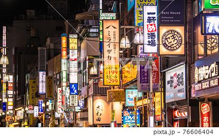 日本の東京都市景観 まん延防止初日。吉祥寺駅前からのびる商店街などを望む=4月12日 76606404