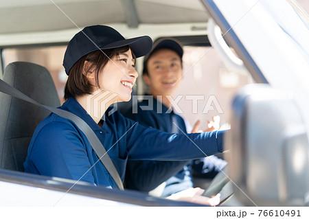 トラックを運転するスタッフ 76610491