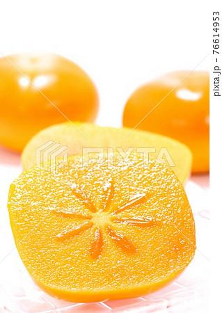 柿 四角い柿 種無し カット 明るい背景 76614953