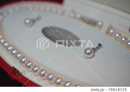 化粧ケースに入った真珠のネックレスとイヤリング 76618720
