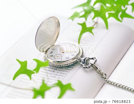 懐中時計と本 76618823