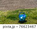 芝生と砂場遊びのおもちゃ 76623467