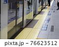 地下鉄のホームドア 76623512