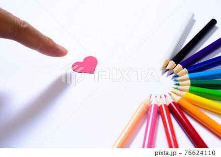 新 色鉛筆から無限の可能性 ハートを指差す手 円形 半円形に並べた色鉛筆  76624110