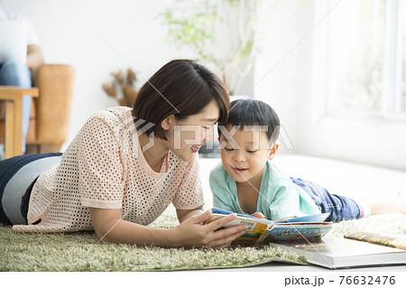 親子で読書 リビングルーム 自粛生活 76632476